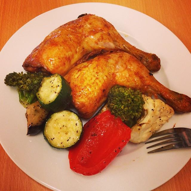 Goff goff! Får se om man orkar detta nu då! #lchf #lchf10veckor Maten är köpt på Coop. 25 kr för kycklingen, 16 kr för grönsakerna.