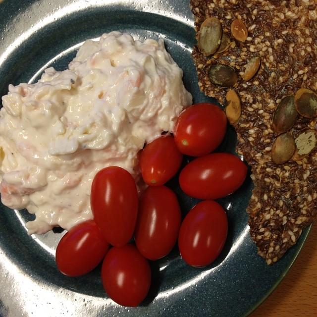 Räk- och parmesanröra med körsbärstomater och lchf-knäcke från lchfklubben till lunch. Ska nog bli gott! #lchf #lchf10veckor #lchflunch