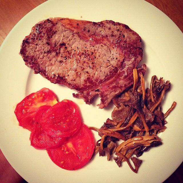 Middag: entrecôte, tomat och trattkantareller! Smörstekt! #lchf10veckor #lchf #trattkantareller