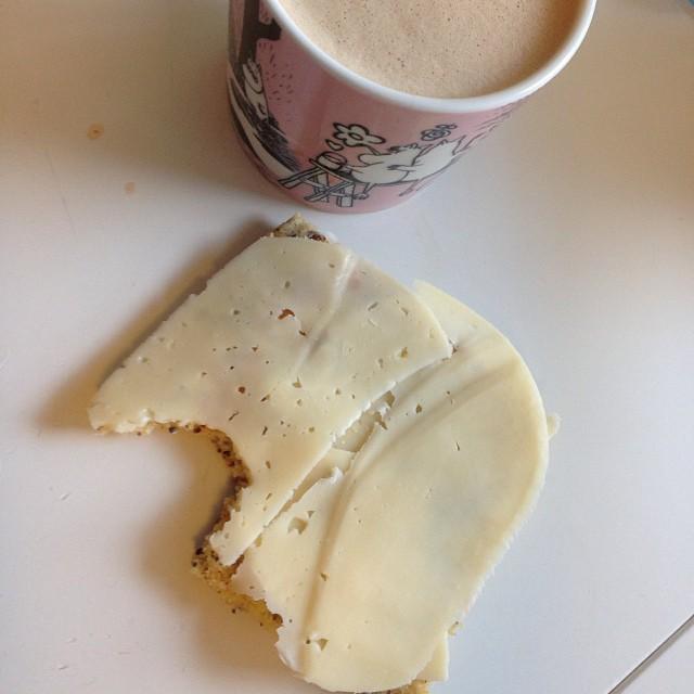 Till frukost blev det lchf-latte och kesobröd med ost. #lchf #lchf10veckor