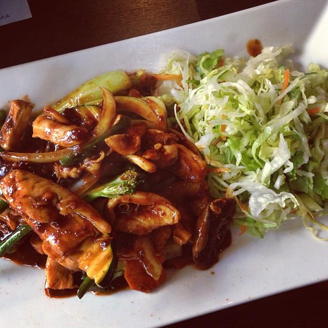 Lunch: kycklingwok (utan ris, med extra sallad) på vietnamesiska restaurangen. Mums! Kryddigt! #lchf #lchf10veckor