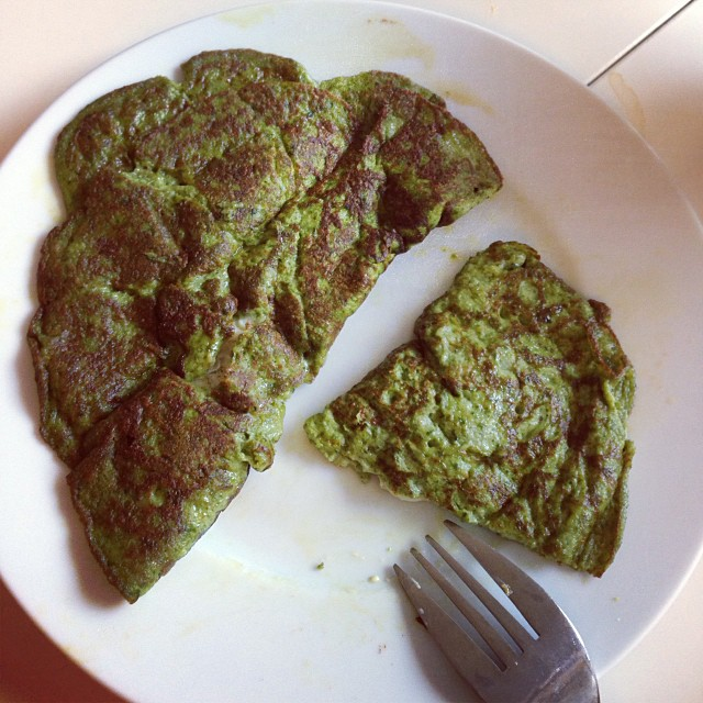 Grön pannkaka! Det ser inte så gott ut kanske ???? men det var det! Spenatpannkaka med grönmögelost i! #lchf #lchf10veckor