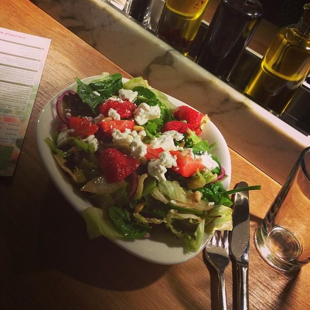 Salladslunch på Vapiano. Gott men dyrt... Saknade pastan lite ???? #lchf #lchflunch #lchf10veckor