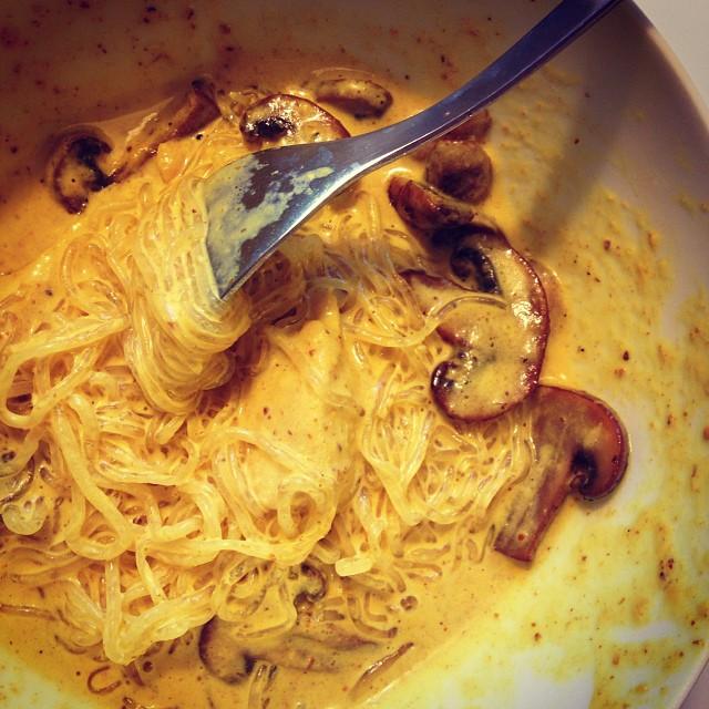 Sjögräsnudlar med kyckling, champinjoner och currysås. Funkade bra! De andra fick ris till. #lchf #lchf10veckor #lchfmiddag