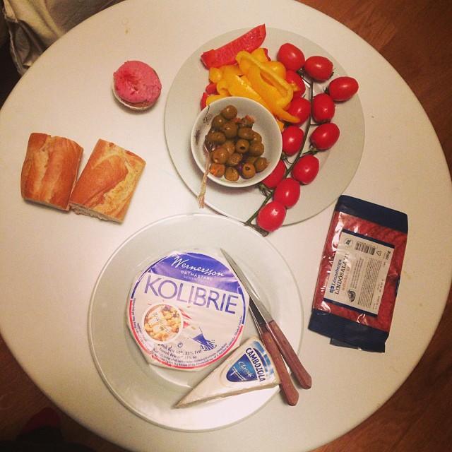 Ost, salami, oliver, paprika och tomater. Bröd och muffins (den rosa saken) är inte till mig! #lchf #lchf10veckor