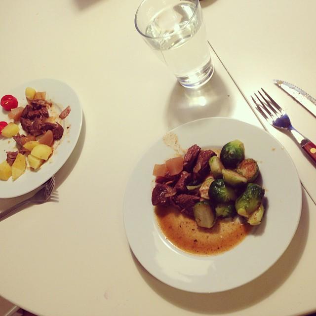 Lite köttgryta med stekt brysselkål blev det till middag. De andra fick potatis till. #lchf #lchf10veckor
