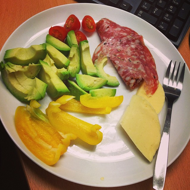 Lunch - fänkålssalami, ost, avokado, paprika och körsbärstomater. #lchf #lchf10veckor