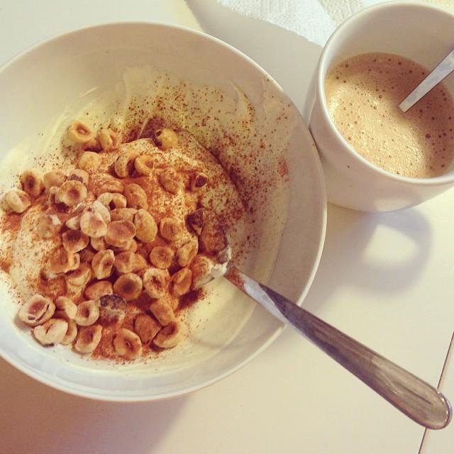 Frukost! Rysk yoghurt med rostade hasselnötter och kanel. Kaffe med lite grädde. Nom nom! #lchf #lchf10veckor