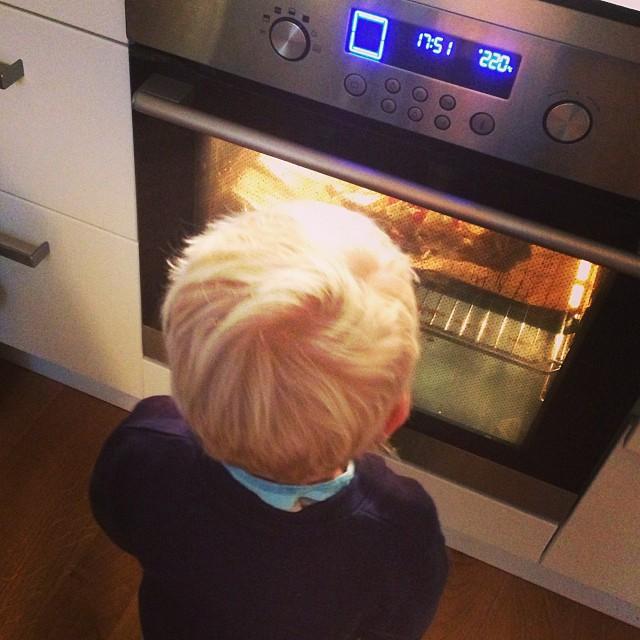 Lchf-pizza i ugnen! Testar en botten med mandelmjöl i. #lchf #lchf10veckor