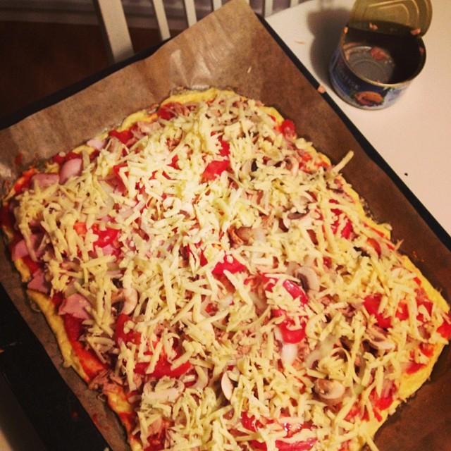 Lchf-pizza med tomatsås, tonfisk, champinjoner, lök, tomat och ost! #lchf #lchf10veckor