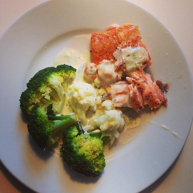 Middag: lax med blomkål, broccoli och sås gjord på grädde och saint agur. Smaskens! ???? #lchf #lchf10veckor #lax