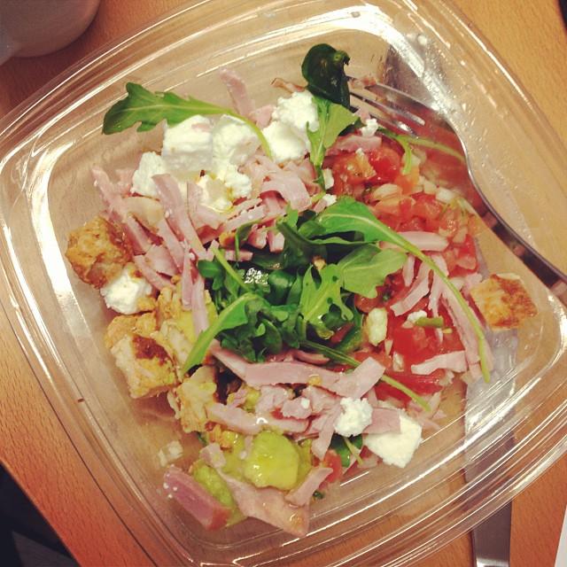En liten sallad plockad i hemköps salladsdisk till lunch. Gott och fräscht! 28 kr betalade jag för den! #lchf #lchf10veckor