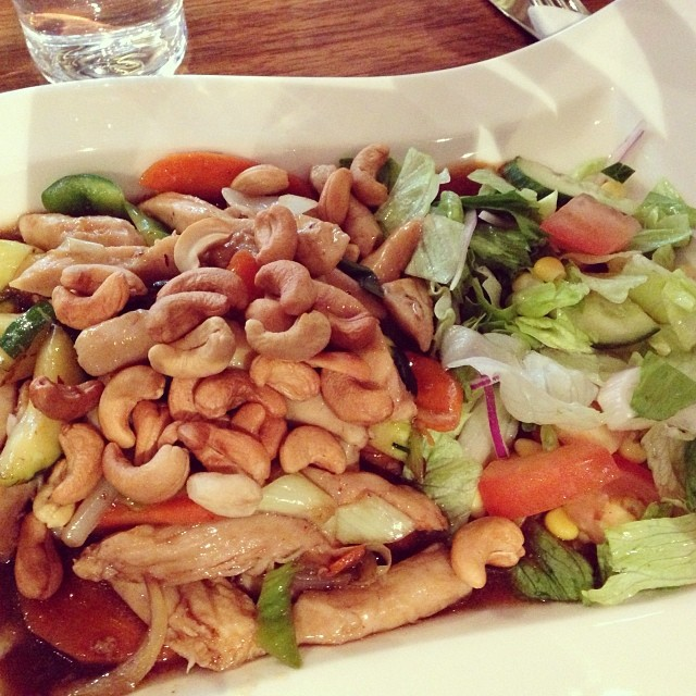 Smarrig lunch! Kycklingwok med extremt mycket cashewnötter. Mmm... Lyx! #lchf #lchf10veckor #lchflunch