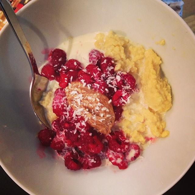 Kokos- och mandelgröt till frukost. Toppad med hallon, mandelsmör och kokosflingor. Mmmm ???? Kändes ganska bra för magen också. -1,5 kg på vågen idag! Däremot får jag nog ta det lite lugnt pga magen. Rött kött får vänta, likaså kaffe. #lchf #lchf10veckor #viktminskning