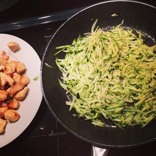 """Till middag blir det stekt riven squash med """"pastasås""""... #lchf #lchf10veckor"""