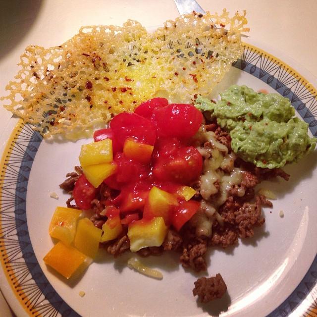 Tacoköttfärs, ost, tomat, paprika, tacosås, ostchips och guacamole! Nu är jag mätt! Ska se till att inte överäta bara för att det är gott... #lchf #lchf10veckor