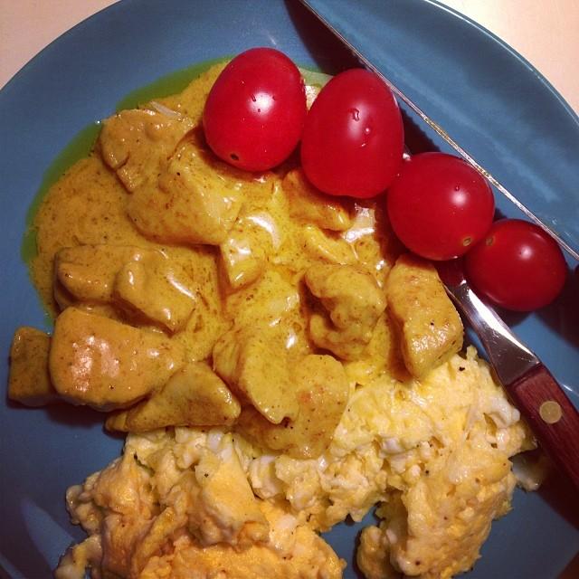 Åt kyckling i currysås (rester) tillsammans med äggröra. Himla gott och hjälp vad mätt jag blev! ???? #lchf #lchf10veckor