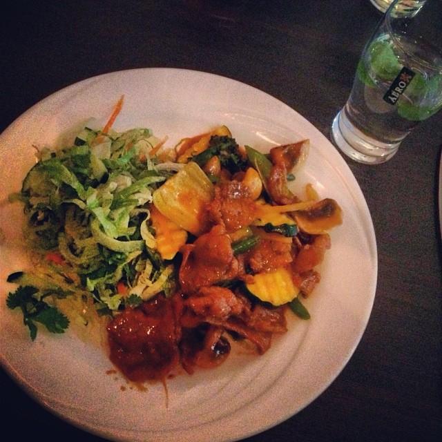 Vietnamesiskt till lunch. Funkar riktigt bra att be om sallad till istället för ris... #lchf #lchf10veckor