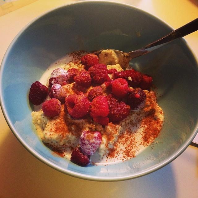 Frukosten: kokosgröt gjort på två ägg, krämig kokosmjölk och kokosmjöl. Serverades med kokosmjölk, kanel och hallon. Blev nöjd och mätt! ???? #lchf #lchf10veckor #lchffrukost
