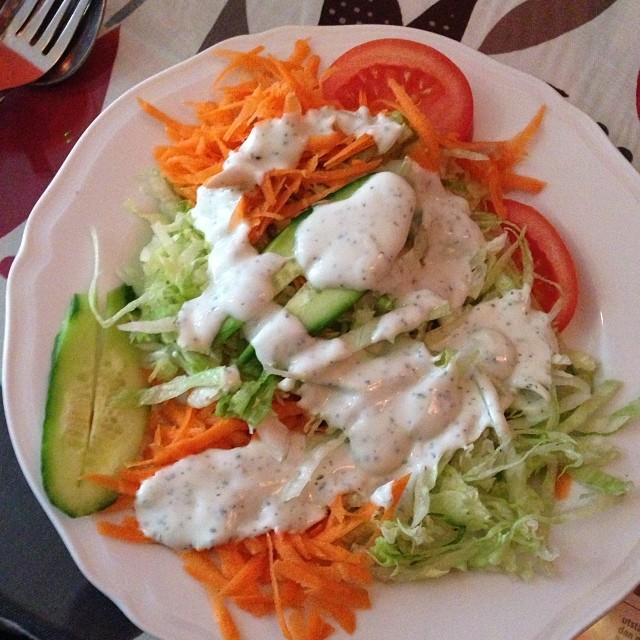 Åt indisk gryta till lunch idag och bad om att få utan ris men med extra grönsaker. Då fick jag den här salladen till! Observera att det är en stor tallrik som all sallad ligger på. Generöst! #lchf #lchf10veckor