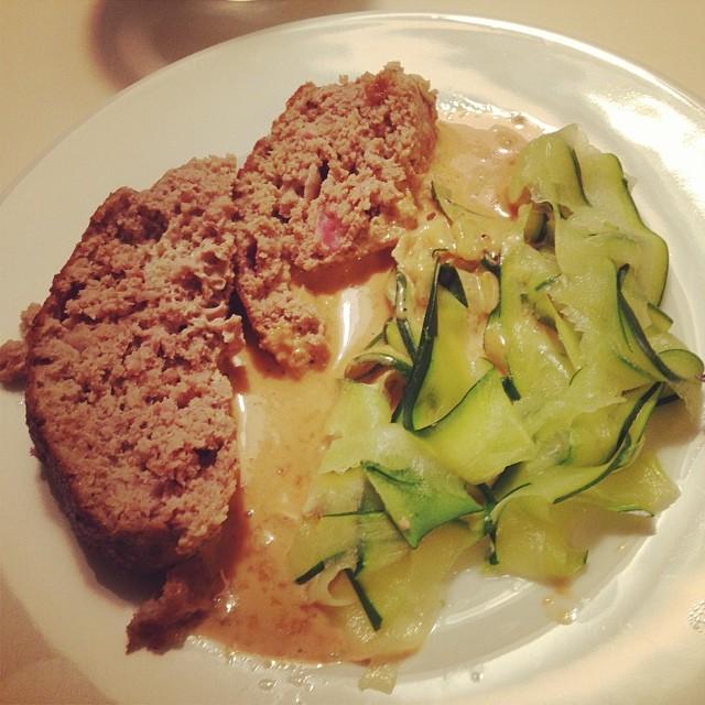 """Zucchini""""pasta"""" med köttfärslimpa och gräddsås #lchf #lchf10veckor"""