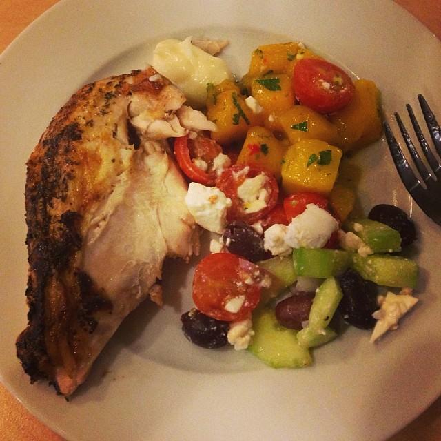Min lunch... Mm... Grillad kyckling med aioli, grekisk sallad och mangosalsa! Köpt i Söderhallarna. #lchf #lchf10veckor
