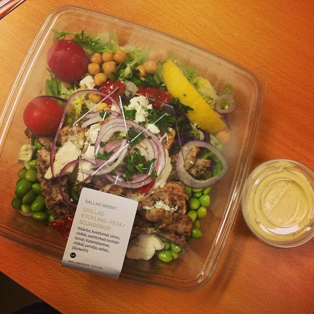 Lunch vid skrivbordet... Det blev lite stressigt. Åt dock bara en del av bönorna... #lchf #lchf10veckor