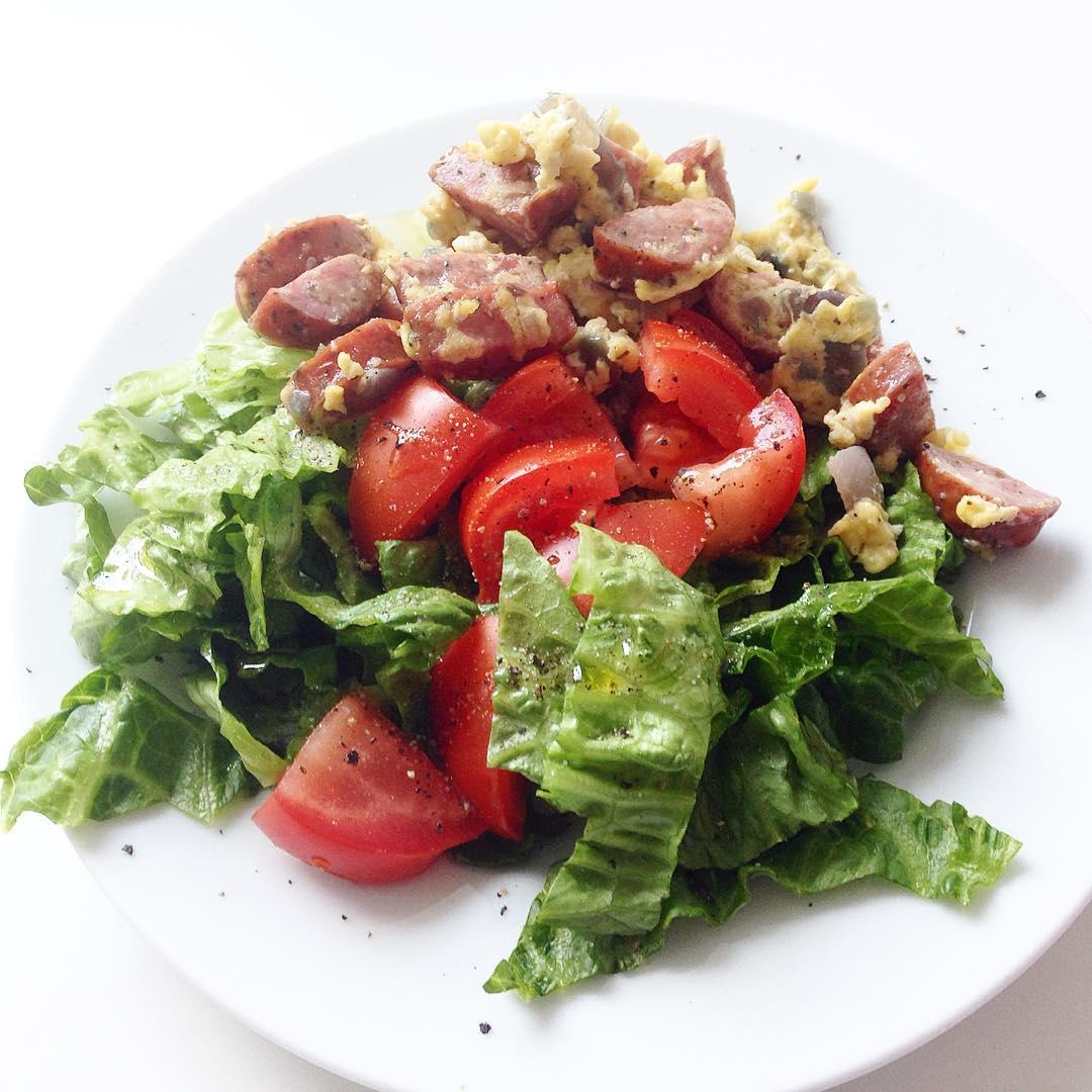 Sen lunch.. Dagens första måltid. Sallad, en halv tomat, dressing (på olivolja, vitvinsvinäger, citron, salt & peppar) och en bit korvomelett