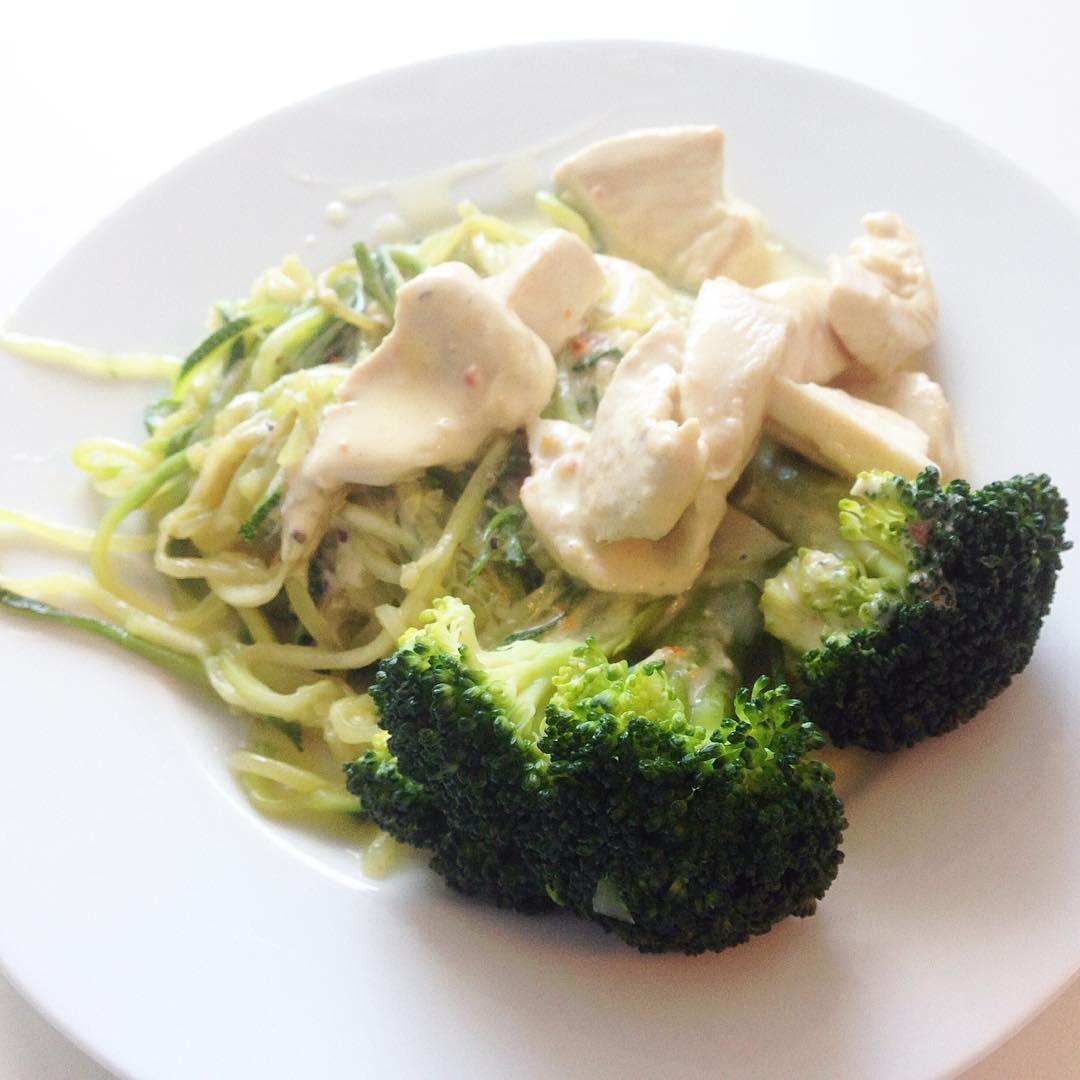 Kycklingfilégryta med zucchinipasta och broccoli