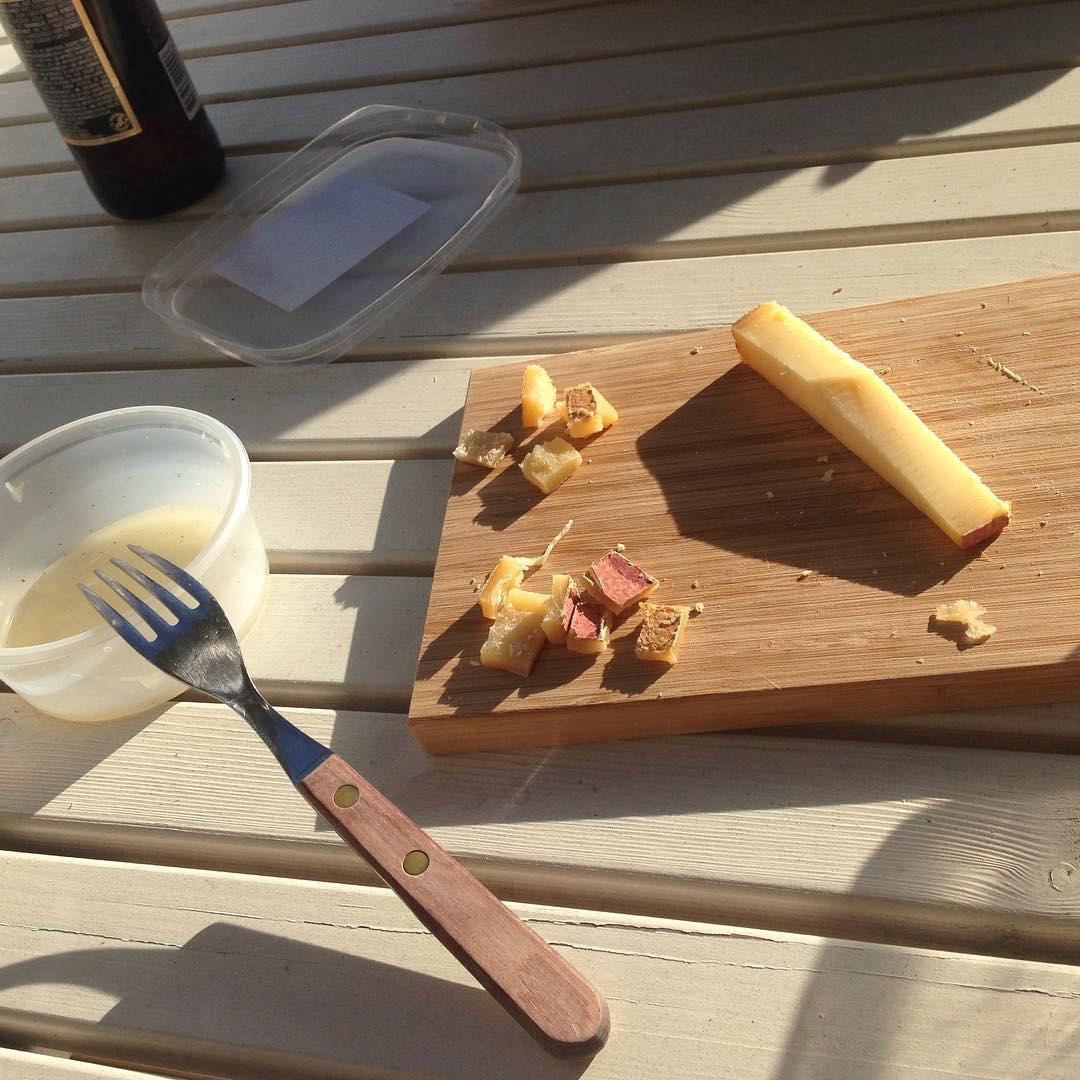 Vi var visst rätt hungriga.. Salami, gruyere och pizzasallad i solen 😊