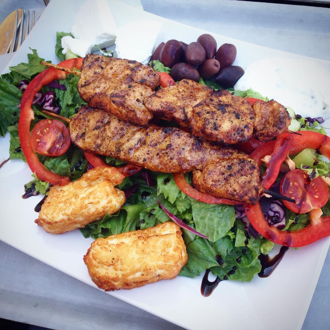 Min otroligt goda lunch idag - grillad kyckling, halloumi, fetaost, tzatziki, oliver och sallad
