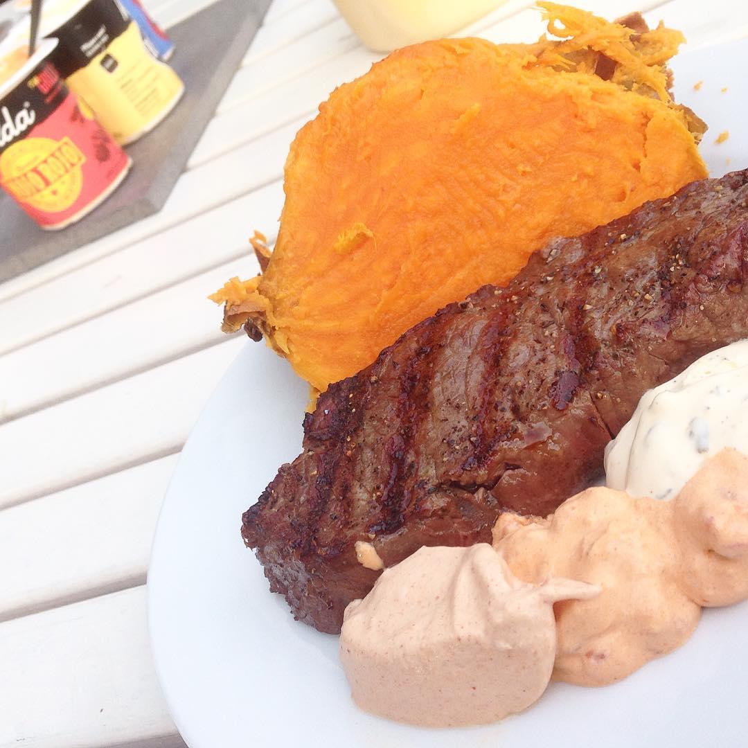 Kött, sötpotatis och såser