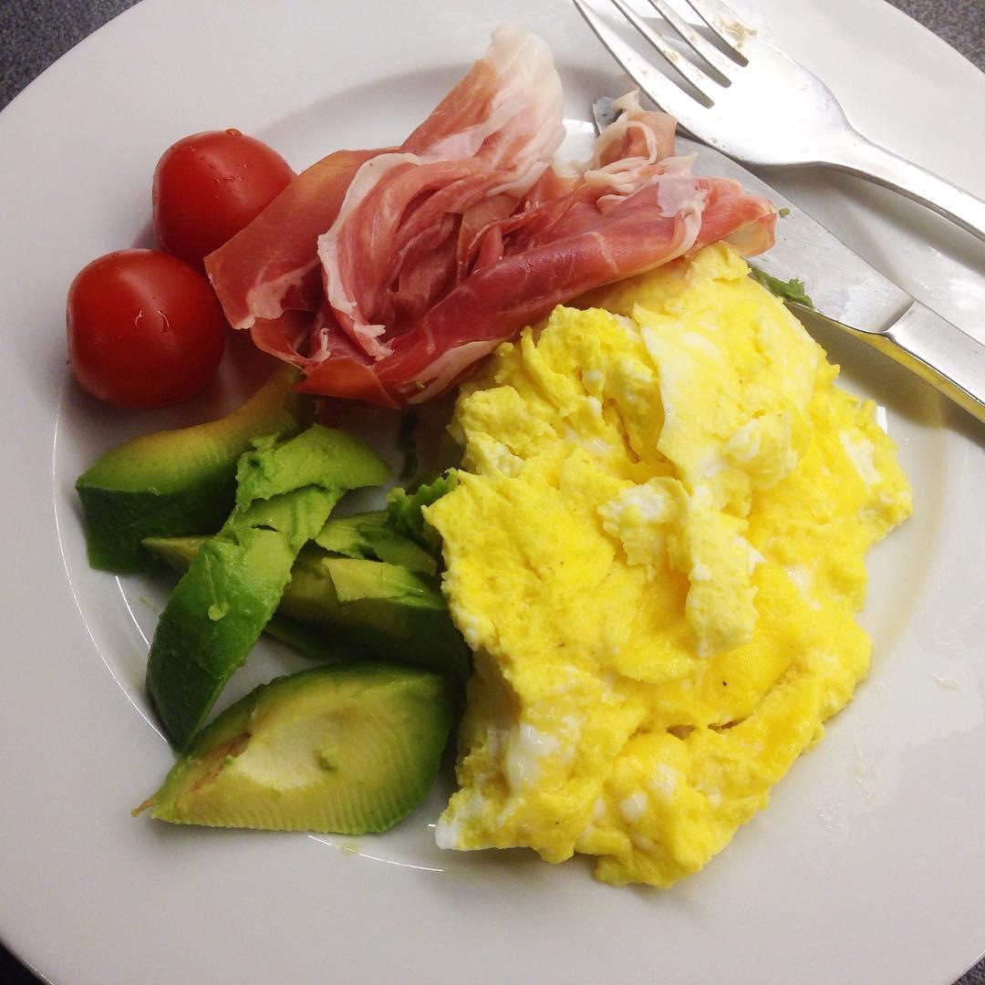Micro-omelett, parmaskinka, avokado och två små tomater! Fastedag idag, men lunchen blev mättande och god