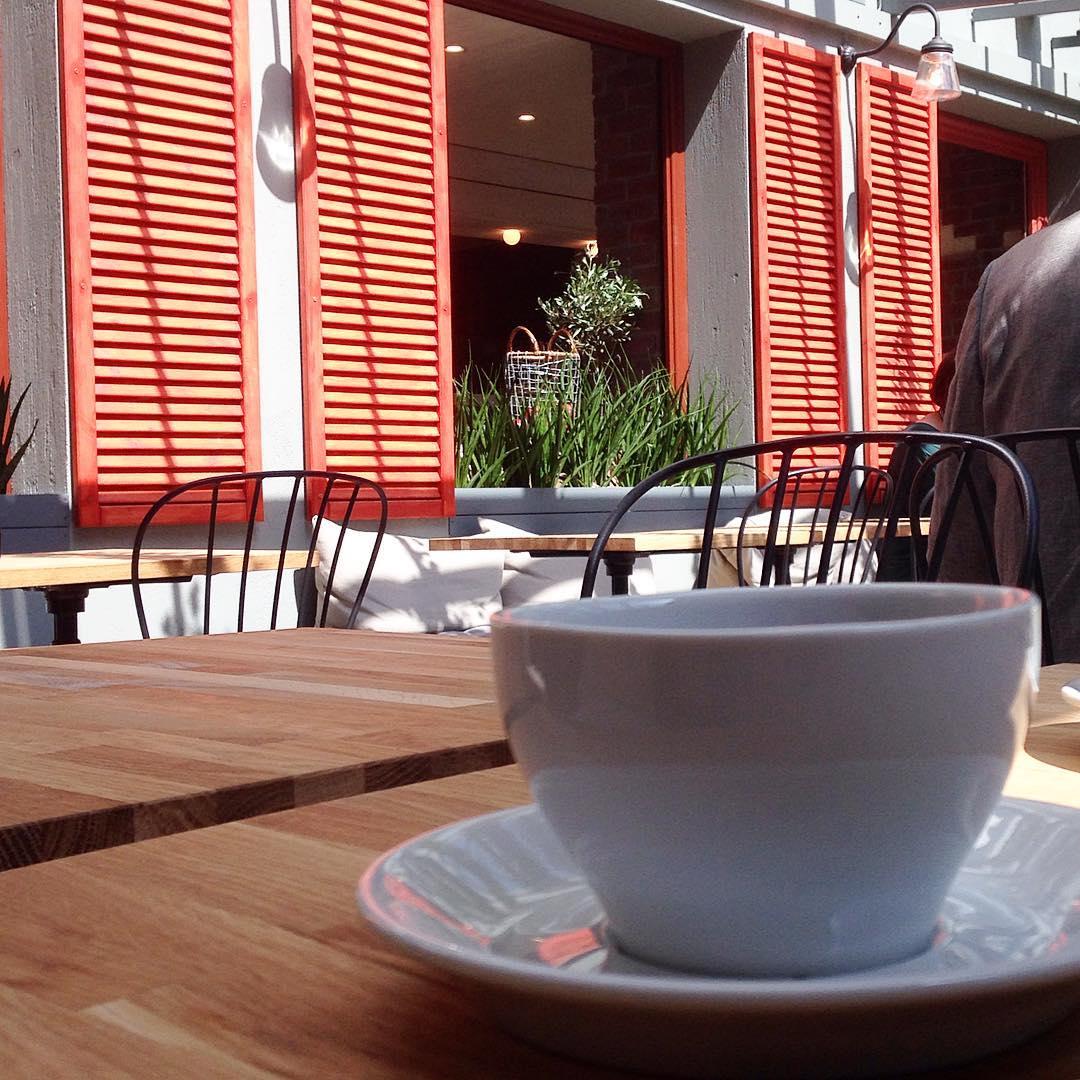 Sen en kaffe på ett café, som ute fast inne!