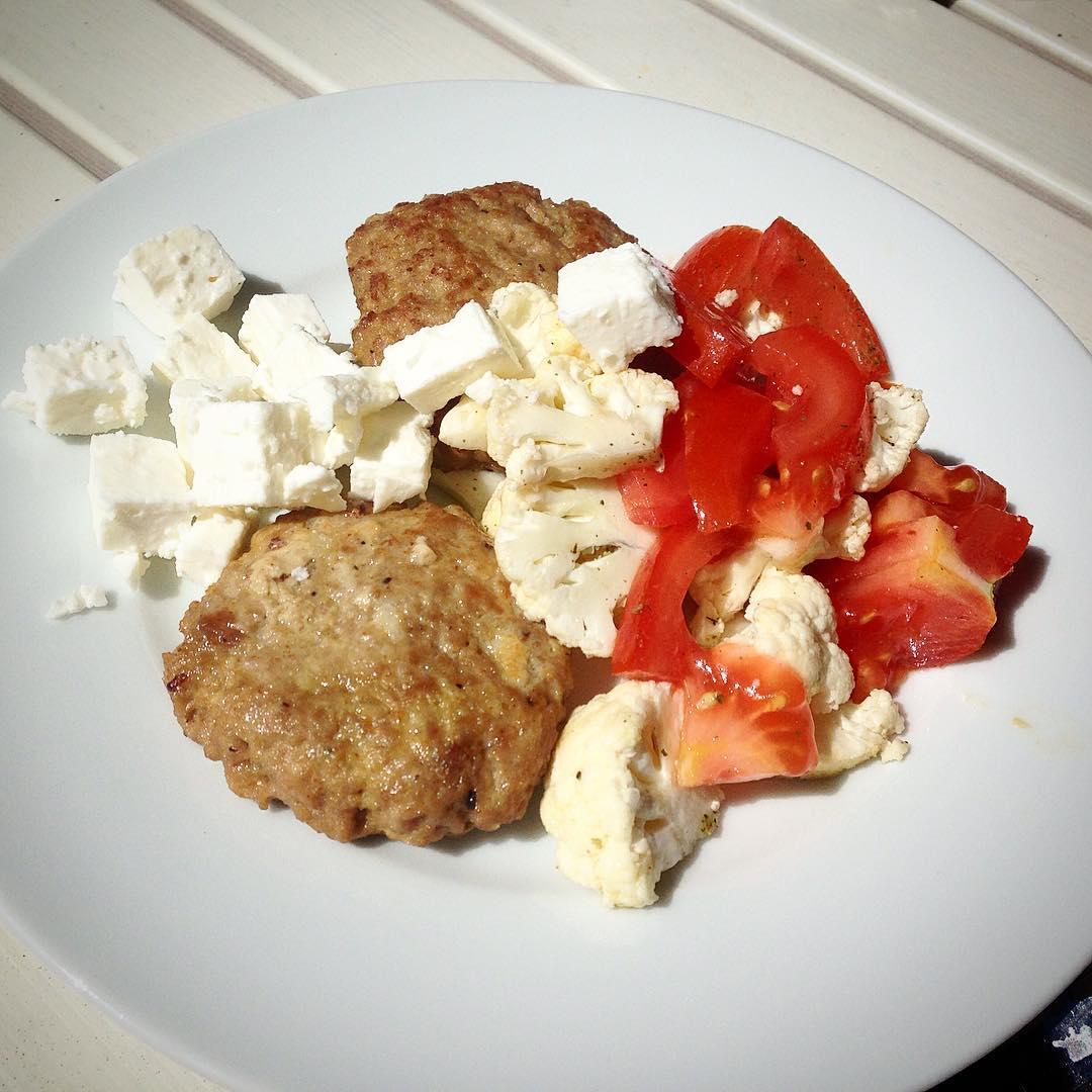 Lunch på altanen.. Lammfärsbiff, tomat, blomkål och fetaost
