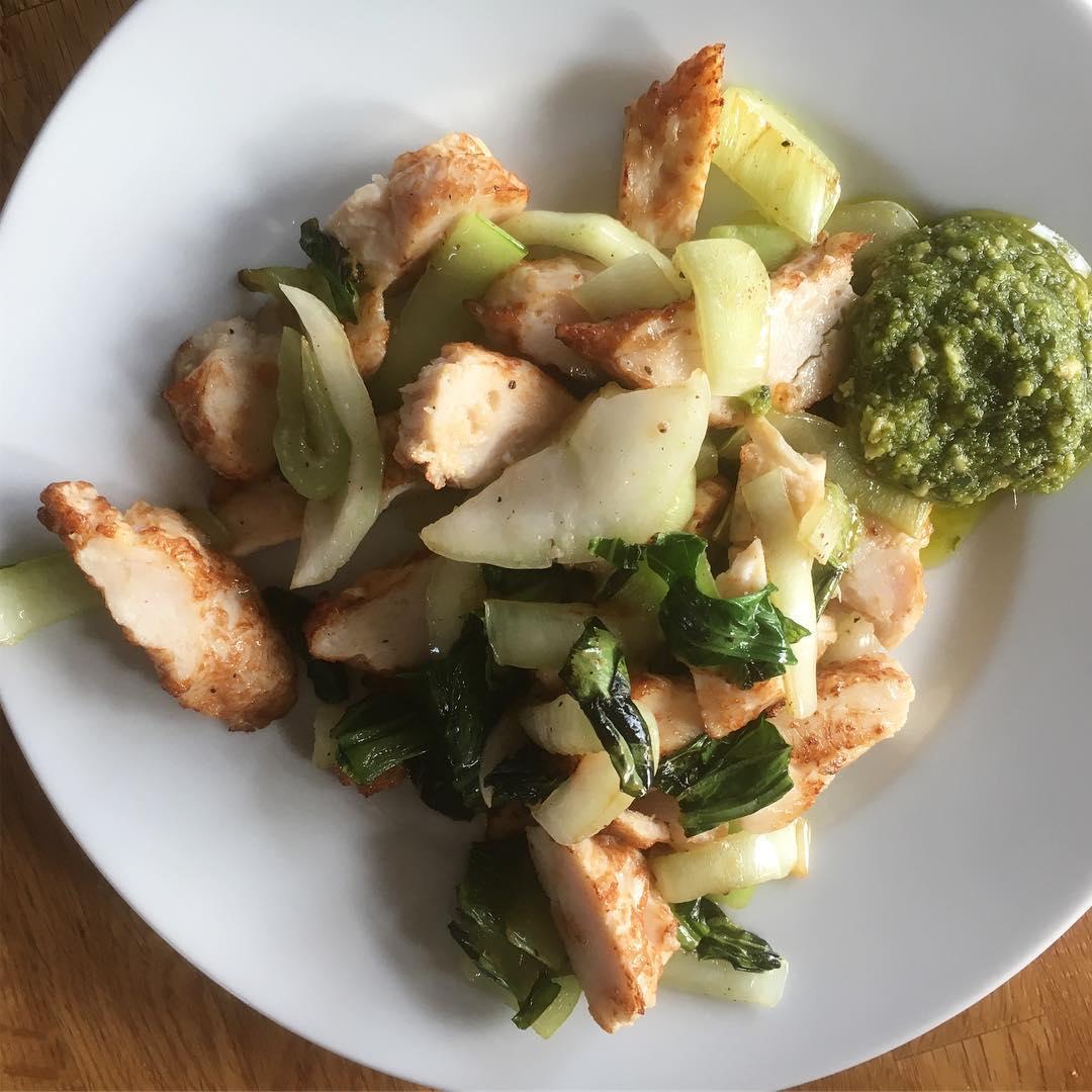 Dags att börja igen? Ja, vi gör ett försök! Pakshoi, kyckling och pesto till lunch. Ägglatte till frukost.