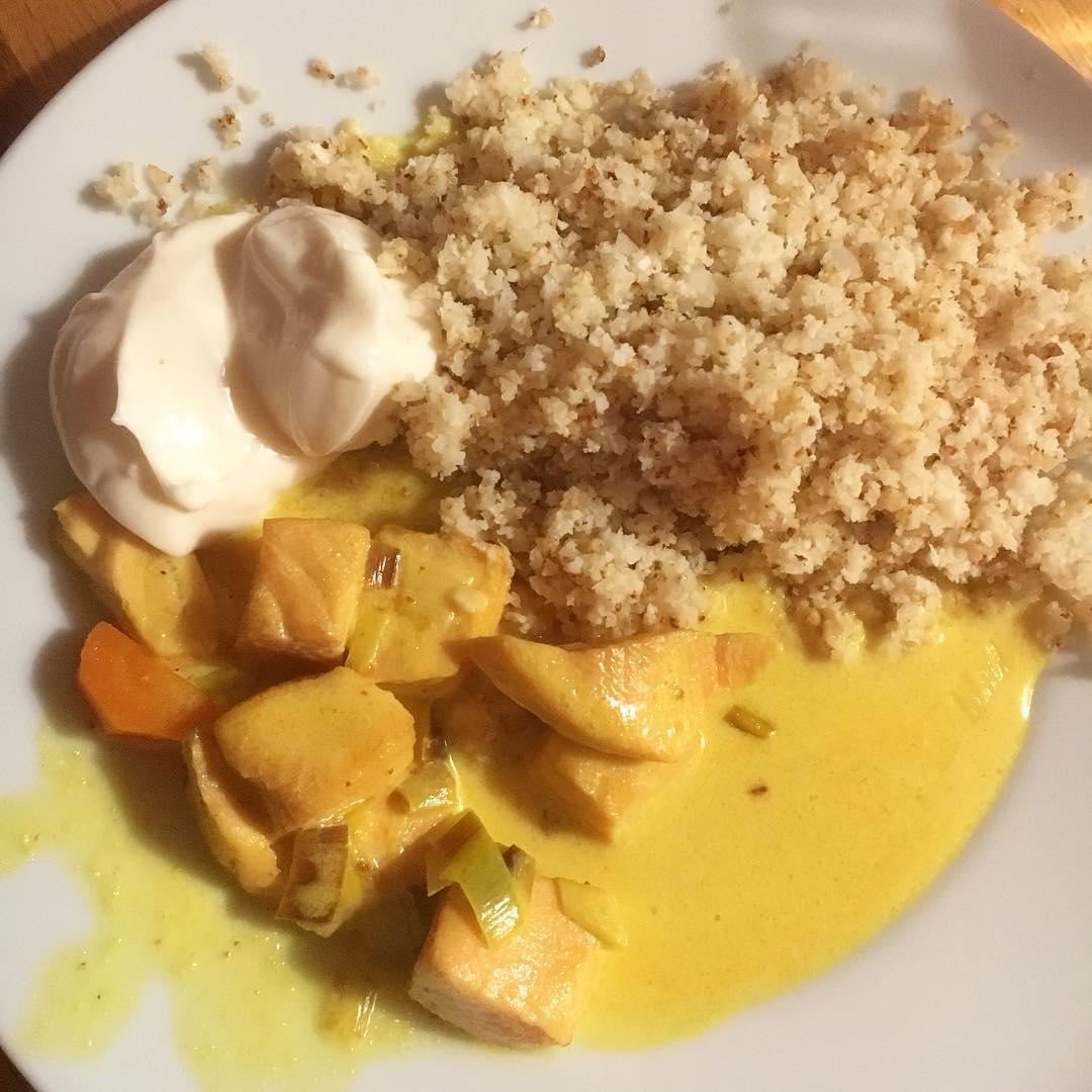 Middag: laxgryta med blomkålsris och aioli (frukost: ägglatte, lunch: innehållet i en halv ost- och skinkrulle, fika: kaffe och en bit ost). Nu ett glas vin och lite blue stilton. I går hade jag abstinens (huvudvärk) men nu känns det bättre