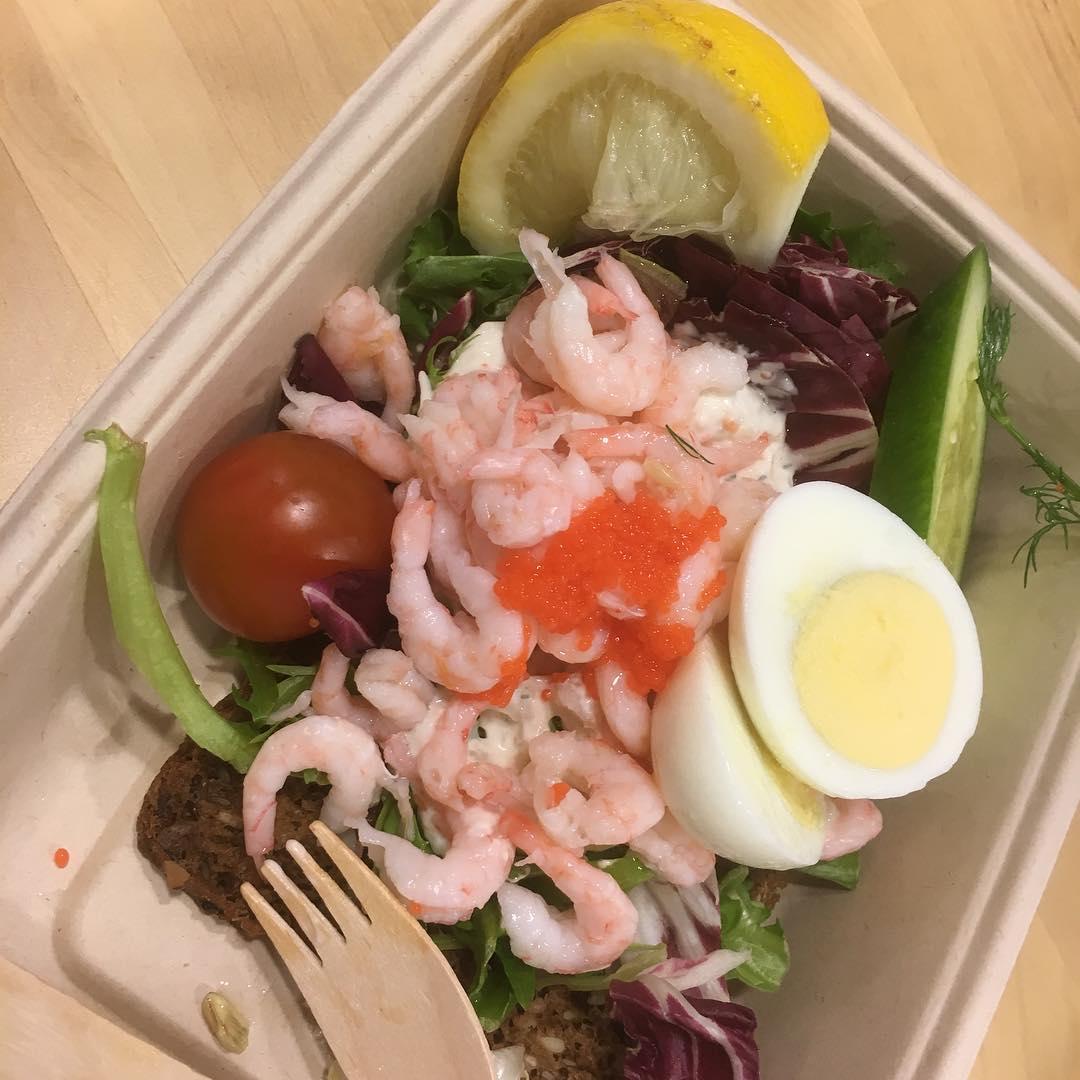 Räkor, ägg och Skagenröra till middag på Ikeas café. Plus två baconskivor när jag kom hem 😜