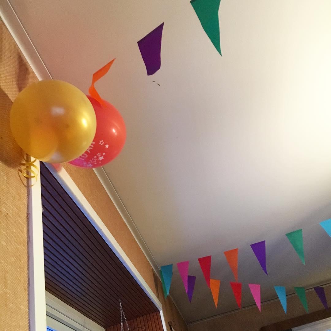 Spår av kalas sitter kvar i taket… hur länge får man ha kvar vimplar och ballonger? Jag blir iafl lite glad av dem 😊